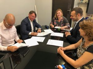 Prezes HORTICO SA - Paweł Kolasa podpisuje umowę z Gminą Ścinawa